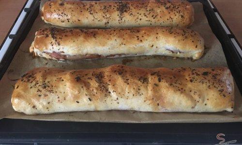 Szalámis tekercs leveles tésztából, sajttal és mindenféle finomsággal tölve